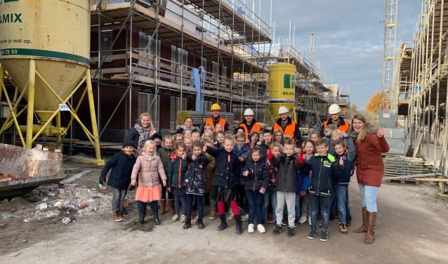 De kinderen konden rondkijken bij de bouw. (Foto: Privé)