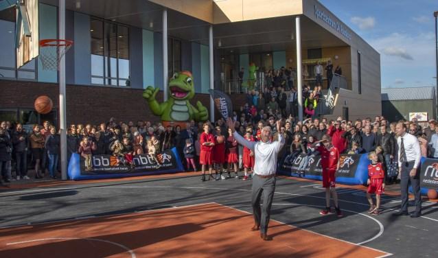 Opening Sportcentrum De Roodloop Hilvarenbeek. Ex wethouder Jan van de Wiel scoort de derde bal in de korf waarmee de Roodloop geopend is.