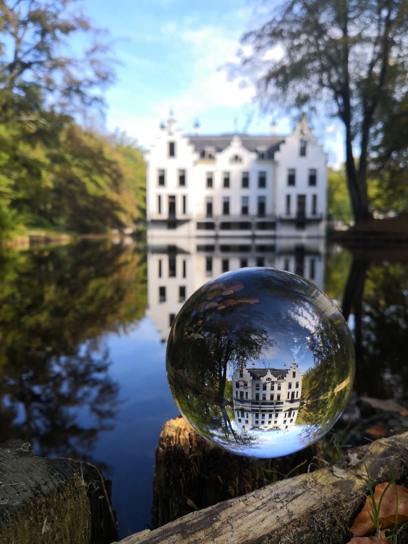 Kasteel Staverden door een glazen bol gefotografeerd