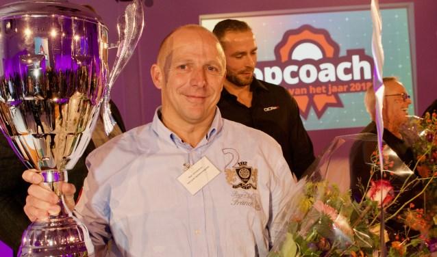 Een grote beker voor een echte topcoach: Paul Christenhusz is Topcoach van het Jaar. Foto: Ariane Kok