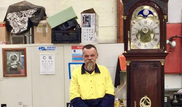 De prachtige klok, van drie meter hoog, is helemaal gerestaureerd door Ronnie Wilson. Wilson heeft geen opleiding tot klokkenmaker gehad, maar heeft zichzelf de kneepjes van het vak geleerd.