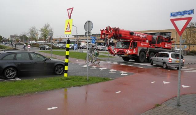 De huidige fietsroute kruist op drie plaatsen het autoverkeer. Met de fietsbrug wordt dat aantal teruggebracht. Foto Kees van Rongen