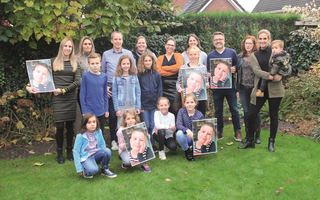 Mieke Jacobs (midden armen over elkaar) wordt door vele vrienden en vriendinnen gesteund om geld in te zamelen voor de KiKa Winterrun, waaraan ze op 27 januari meedoet.