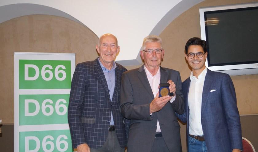 Henk Beerten (links) en Rob Jetten (rechts) kwamen naar Cuijk om Karel Janssen te onderscheiden. (foto: Rolf Asbroek)
