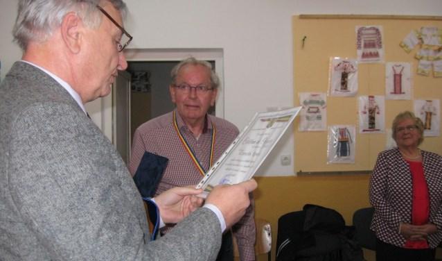 Van links naar rechts: Burgemeester Viorel Atomei, Cees Spek en zijn echtgenote Truus. Foto: Mieneke Lever-van Dieren.