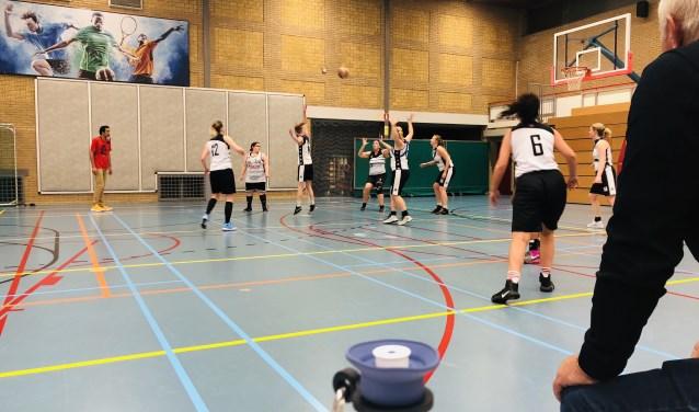 De teams waren aan elkaar gewaagd, zo bleek tijdens de wedstrijd. Foto: SVZW Basketbal.