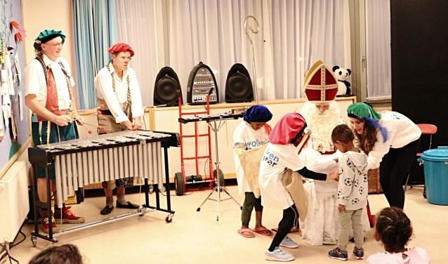 De kinderen mochten ook zelf meespelen in de voorstelling als hulppiet.