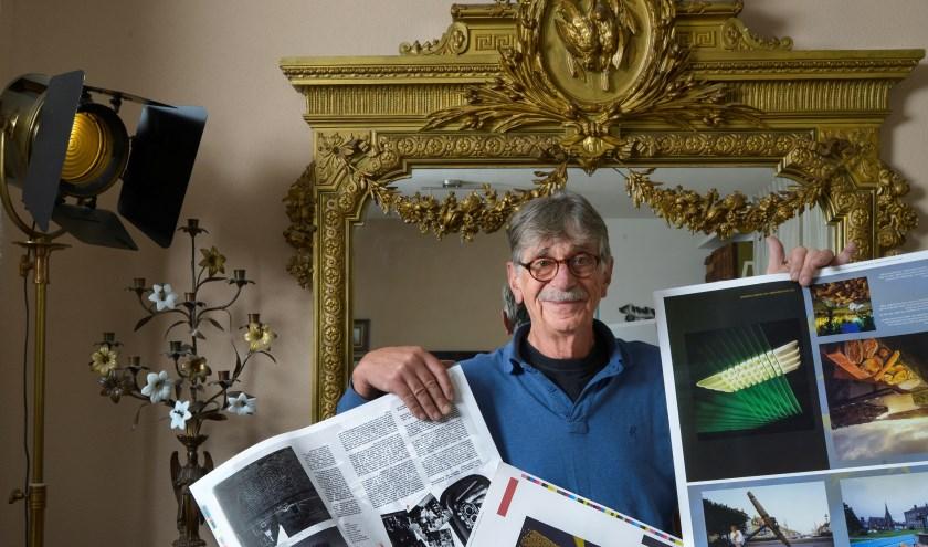 """Nu hij de drukproeven in handen heeft ziet Seelt pas hoe het boek er daadwerkelijk uit komt te zien. """"De uitgever heeft echt zijn best gedaan om een zo mooi mogelijk resultaat neer te zetten."""" FOTO: Carrie Frederiks"""