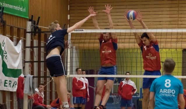 Mitchel en Addie proberen de Rotterdamse aanval te blokkeren.