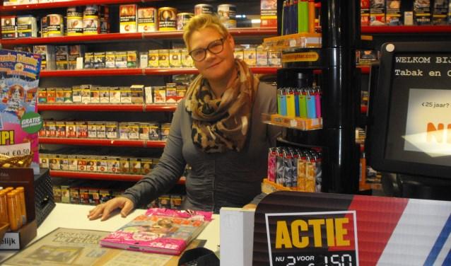 Monica Kollen in de Tabak- en Kadoshop aan de Von Heijdenstraat.