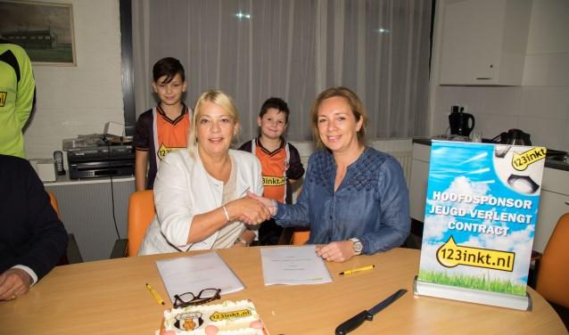 Lydia Sietsma van 123inkt en AVV-voorzitter Cindy van Baarle bevestigen de nieuwe sponsorovereenkomst.