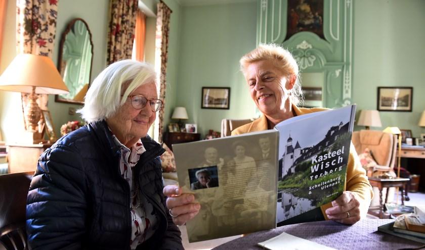 Jonkvrouwe Olga Vegelin-Van Claerbergen en Aggie Daniëls bladeren het boek door. (foto: Roel Kleinpenning)