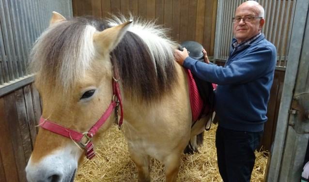 Wim Batenburg (74) was nooit eerder op Boldermanege geweest en van paarden moest hij niets hebben, maar toch is hij sinds jaar en dag vrijwilliger bij de manege. (Foto: Eline Lohman)