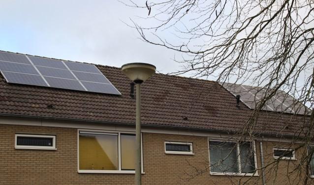 Kleinschalige opwekking van zonne-energie is in steeds meer wijken in Nunspeet te zien. Foto Dick Baas