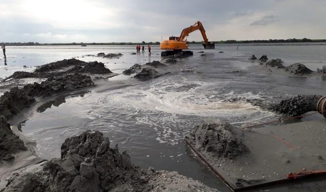 Aannemer Verboon Maasland verzorgt een flinke klus. In totaal wordt er 17 hectare aan nieuw eiland aangelegd. FOTO: RPS