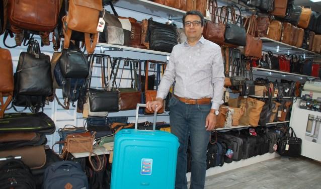 Jalil Nabizadeh is sinds vier jaar eigenaar van Roya Bags aan het Maandereind 9 in Ede.