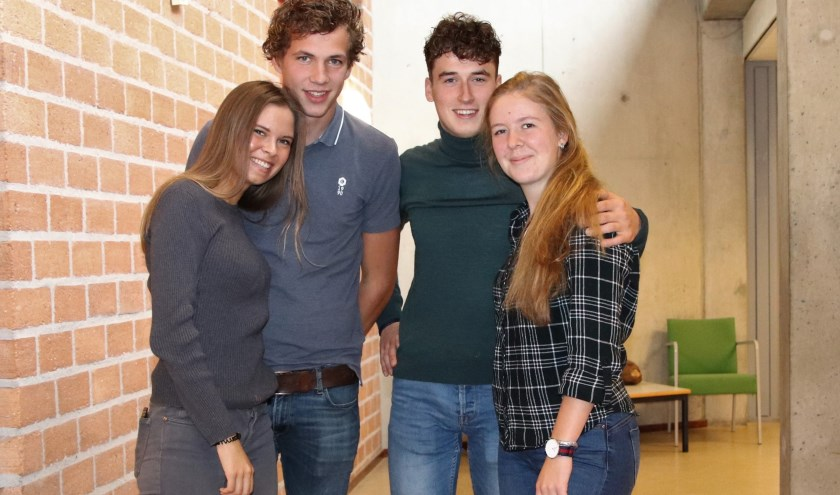 Euroskills-medaillewinnaars Jochem Molenaar (l) en Willem Stougie met hun vriendinnen Steffy Lemkes (l) en Carlijn Kok.