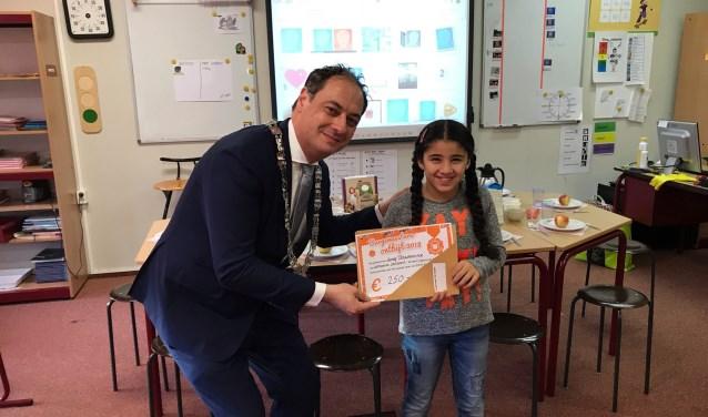 Burgemeester Bouwmeester ontbeet met de leerlingen van de Taalschool uit Leusden.