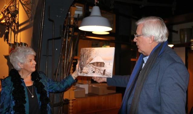 Tini van Gijtenbeek en Herman Prangsma presenteren de nieuwe kerstkaart in restaurant Buitenzorg. (Foto: Ingeborg Kriegsman)