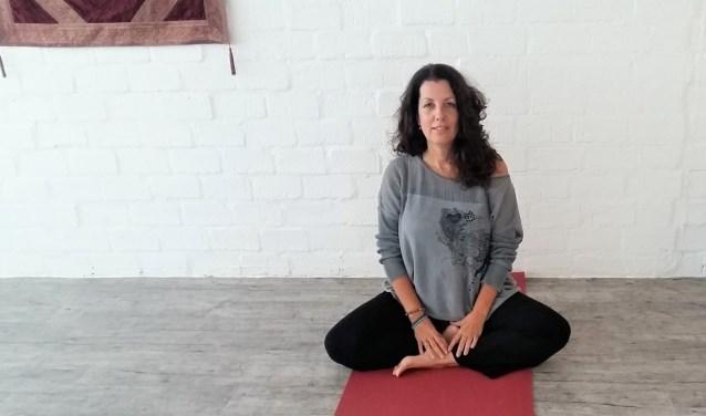 Monique de Boer in één van de lesruimtes van Artemis Yogacentrum. ''Ik heb geleerd om in het hier en nu te leven.'' (Foto: Karin Doornbos)