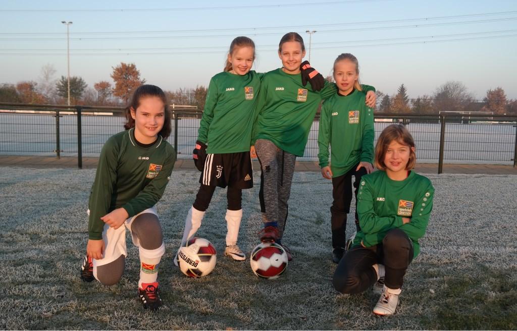 Meidenteam JO9-4 uit Groessen.  vlnr: Elisa, Salomé, Mandy, Ilse en Annelin.