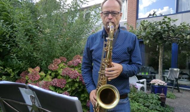 Leo Janssen spelend in zijn eigen tuin.