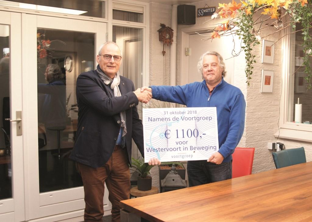 Voorzitter Hans Hovens van de Stichting Promotie Westervoort (links) neemt een cheque in ontvangst uit handen van Humphrey Ottenhof van de voormalige Voort-groep.