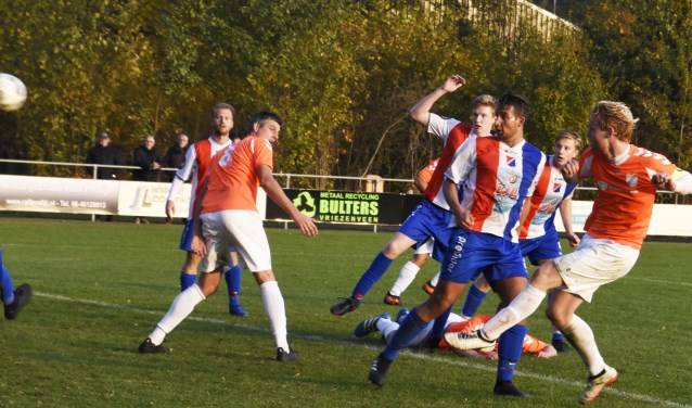 De bal is links uit de foto geschoten, maar Voorwaarts boekte tegen Wilhelminaschool wel de tweede overwinning.
