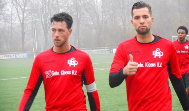 Jesse Rensen (rechts) met zijn aanvoerder Leroy Verkerk. Jesse scoorde een belangrijke goal voor EBOH. Archieffoto.