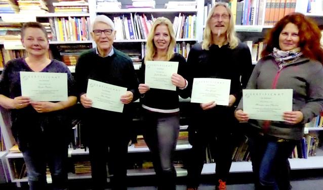 Certificaten voor de deelnemers aan de cursus 'Ware verhalen schrijven'. Vlnr: Ineke Pastoor, Theo Kamps, Judith Wesselink, Han Gesink en Monique van Slooten.