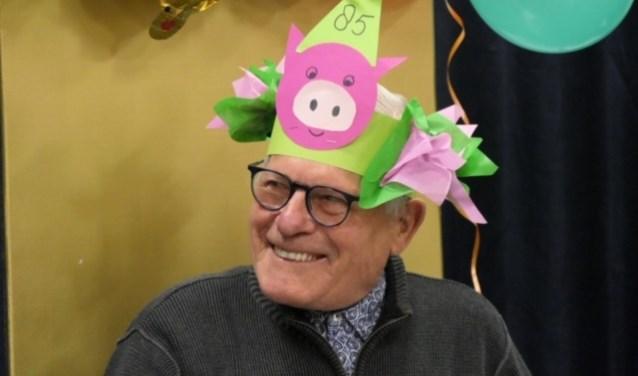 """Opa Willem als stralend feestvarken. Later zal hij zeggen: """"Veels te gek allemaal. Een verjaardag om nooit te vergeten!"""""""