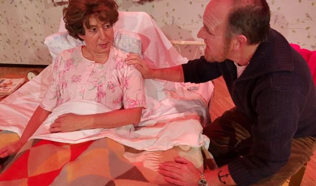 Sjaak (Thijs Bierens) aan het ziekbed van zijn jeugdliefde Marie (Ans Tholen).