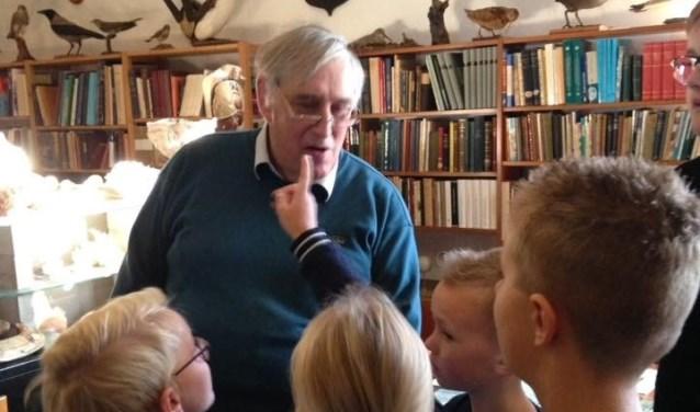 Professor Wim Backhuys temidden van de schoolkinderen in zijn eigen museum De Frieslandhoeve. FOTO: OBS De Schoener