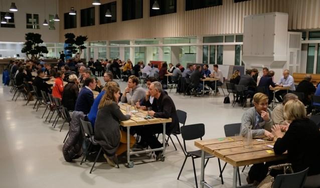 Allerlei ondernemers maken in het Atrium van de CHE goed gebruik van de mogelijkheid elkaar te leren kennen. (Foto: Carlo van Rijswijk)