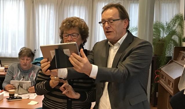 Een selfie leren maken samen met burgemeester Koos Janssen. FOTO: Ingrid Wong