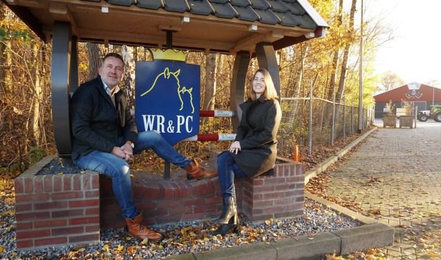 """Robert Abbink en Sandra Metaal bij ingang van de WR&PC accommodatie. """"We willen er voor  zorgen, dat de slipjacht onder de vlag van WR&PC een mooie toekomst tegemoet gaat."""""""
