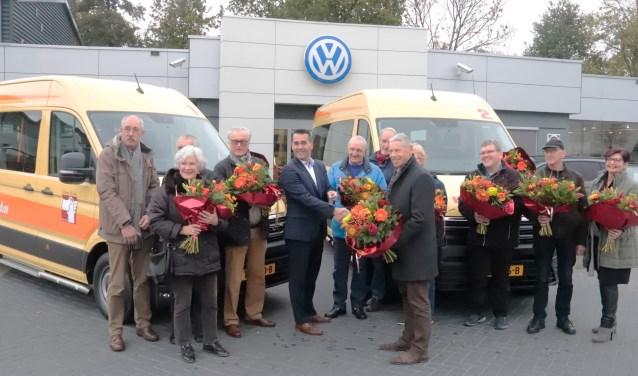 Bestuur van Stichting Verder en personeel van De Waal voor de nieuwe bussen