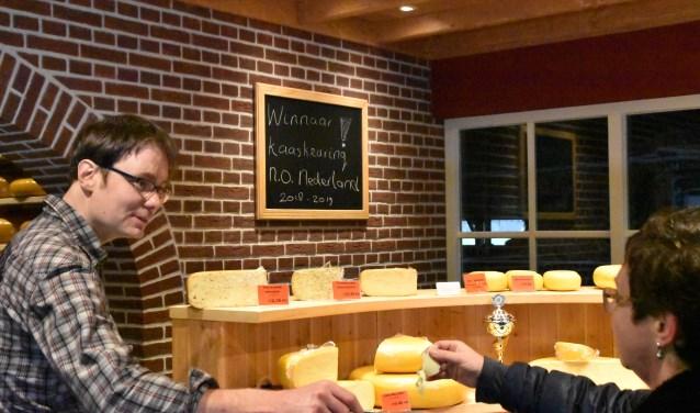 Bert van Zeeburg heeft veel terugkerende klanten, die graag een blokje om rijden om bij hem kaas te kopen.