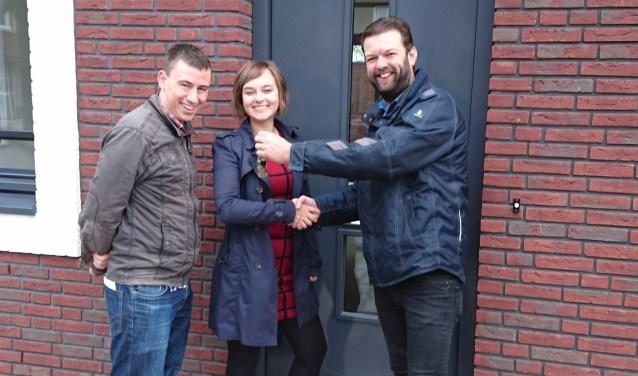 Maaike van Saane en Thieme Wels ontvangen de sleutel van hun nieuwbouwhuis in de wijk Buurtstede.