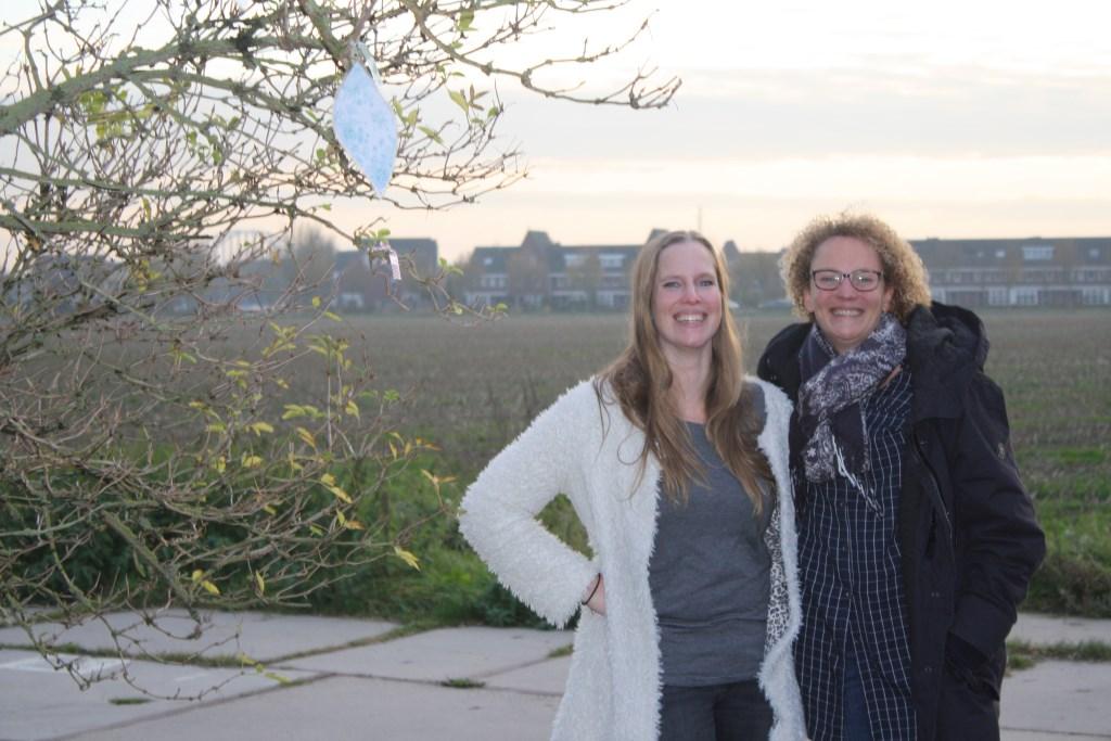 Anja Roubos en Remke Perk-Jansen op de plek van de toekomstige Tuin der Tuinen. Meer info: www.tuindertuinen.nl. Foto:  © Persgroep