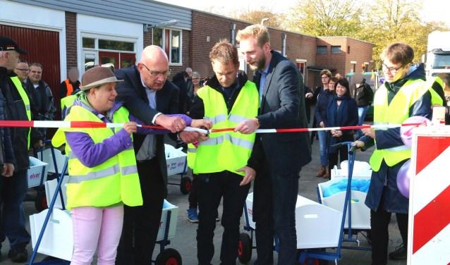 Deelnemers van Elver openen samen met Regiomanager Ronny Kaemingk en Regiodirecteur Jan Kempers van Remondis de vernieuwde milieustraat in Nieuw-Wehl.