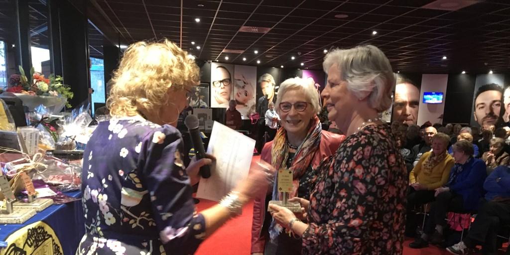 Marthie Overeem feliciteert de winnaars 2018, de dames Langenberg en Veldhuizen Foto: Eigen foto © Persgroep