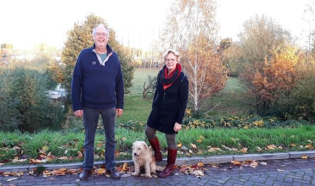Jan Bekkers en Annemarie Zirkzee van bewonersvereniging BAD met achter hen het groene hart van Hoogvliet, dat bebouwd dreigt te worden