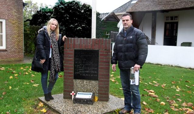 Michelle en Phil Wattam bij het monument in Heerewaarden. Foto: Gijs Krist