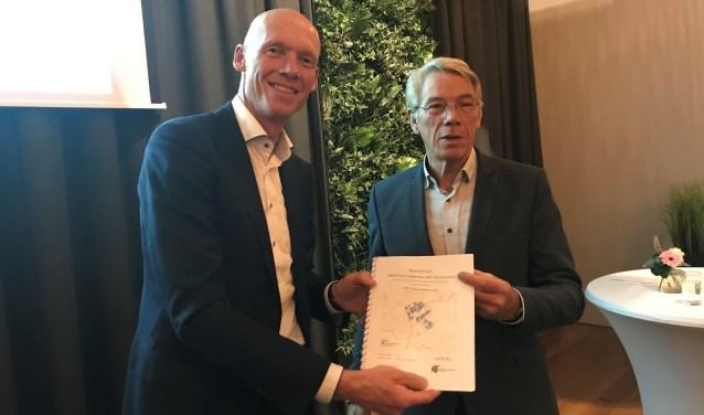 Fabian van der Horst van Rabobank (l) neemt het rapport Herstructurering Het Kleihoogt in ontvangst van Piet van Adrichem van SFBO. Foto PR