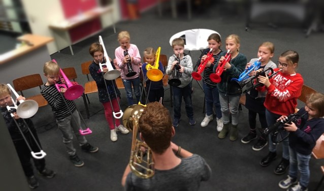 Bij SCHIK! maken kinderen direct samen muziek en proberen ze verschillende instrumenten uit.