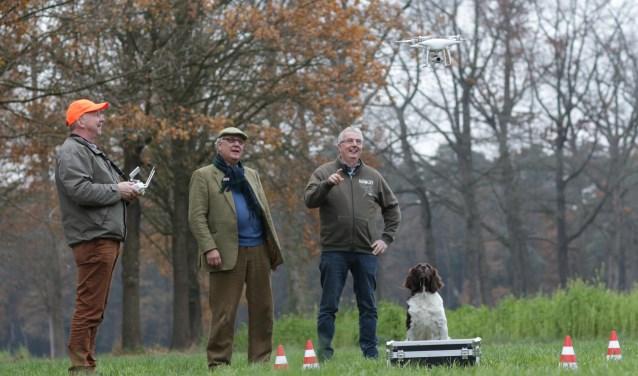 Herzo, Klaas en Jan houden een proefvlucht met een drone die ze in bruikleen hebben. Hond Arko kijkt mee.(foto en tekst: Feikje Breimer)
