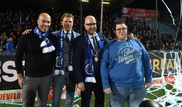Jan Hein Schouten, Maurice Horsen, burgemeester Jack Mikkers en Davy Maartens openden de nieuwe Oosttribune.