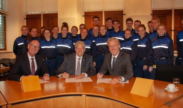 Zo'n 25 leerlingen waren bij de ondertekening aanwezig. Foto: J. Stam.