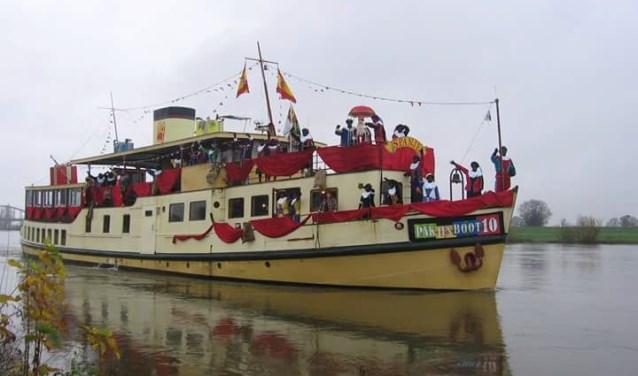 Als alles goed gaat, komt Sinterklaas met zijn Pakjesboot 10 zondag 18 november aan op de Loswal in Ravenstein. Daarvandaan trekt de sint naar de Markt en daarna door naar Vidi Reo.